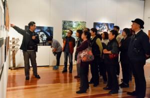 3人の作家がそれぞれの作品について語ったギャラリートーク=24日、田中一村記念美術館