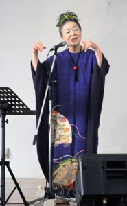 「古里への恩返し」の気持ちを込めて歌う朝崎郁恵さん=2日、瀬戸内町の加計呂麻島展示・体験交流館