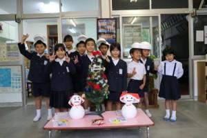 雪だるまのプレゼントを喜ぶ児童(提供写真)