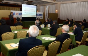 世界自然遺産登録などを軸に、2氏が提言を寄せた奄美・沖縄経済交流事業講演会=14日、奄美市名瀬