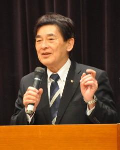 西郷隆盛の生涯や徳之島との関わりなどについて講演した原口氏=2日、徳之島町生涯学習センター