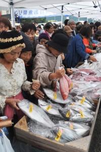 新鮮な海の幸を求める買い物客でにぎわうお魚祭り=3日、宇検村