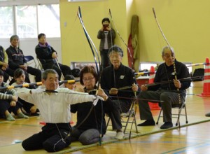 宮崎県四半的弓道連盟のメンバーが模範試射を披露