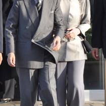 ▽写真説明 沖永良部島に到着し、出迎えの島民に笑顔で応えられる天皇皇后両陛下=11月16日、沖永良部空港