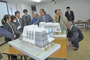 模型も使用した市民交流センター説明会=20日、奄美市名瀬