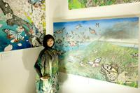 喜界島をモチーフにした作品と作者の近藤麗子さん=9日、東京・水道橋