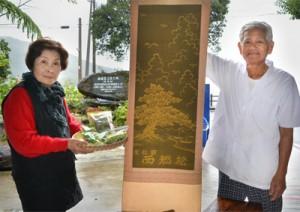西郷上陸地で西郷松せんべいを通して地域の歴史を伝える岩﨑晴海さん、ナツエさん夫妻