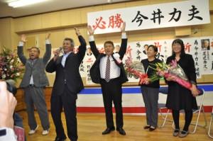 万歳三唱で当選を喜ぶ今井氏(中央)=3日午後9時48分ごろ、知名町瀬利覚