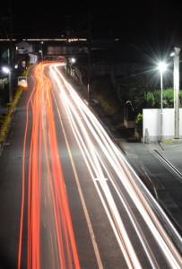 市街地と校外を結ぶ車のライト。新年を結ぶ希望の光にも見える