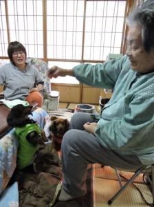 (左から)アーロンとリロを、孫のように甘やかす幸子さん(手前)と久子さん(奥)