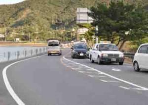 県が拡幅工事の事業化を検討している龍郷町浦の国道58号