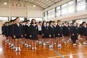 元気よく校歌を歌う児童たち=22日、大勝小学校
