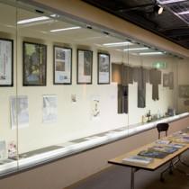 一村コーナーのポートレートや遺品=栃木県・小山市立生涯学習センター