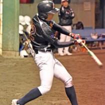 初回、三塁打を放つ馨和会ソフトボールの鶴田(左)。A級を制した馨和会ソフトボール=21日、名瀬運動公園多目的広場