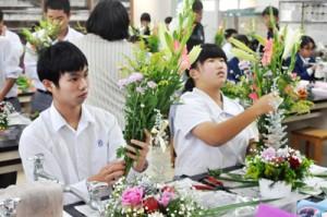 フラワーアレンジメントなどを通して花の魅力を再確認した体験教室=5日、沖永良部高校