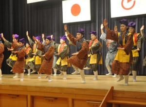 公民館講座受講生らによる舞台発表=21日、徳之島町生涯学習センター