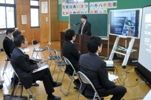 「教育の情報化」フォーラムのテーマ別分科会であった遠隔合同授業の取り組みに関する成果発表=31日、徳之島町母間小学校
