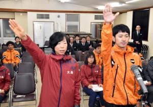 力強く選手宣誓した(右から)岸田賢吾、野竹由美子の両選手=16日、奄美会館