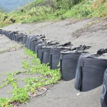浸食対策で護岸を新設する方針が決まった嘉徳海岸