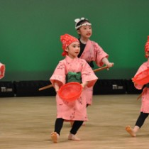 総勢約70人が日頃の練習成果を披露した子ども芸能祭=20日、知名町