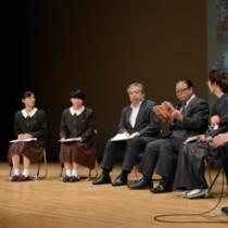 6人が「道」をテーマに語った座談会=8日、奄美市名瀬