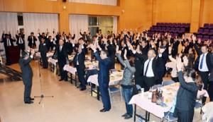 万歳三唱する祝賀会出席者=7日、宇検村元気の出る館