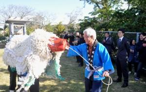 大祭典で境内を練り歩く獅子舞=14日、知名町下城