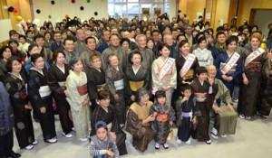 大島紬大行進を前に記念撮影する参加者=5日、奄美市