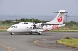 今年7月1日から開設の新路線に使用される最新鋭のATR42―600型機(48席)=2017年4月、沖永良部空港