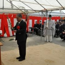 神事を執り行い、新庁舎建設工事の安全を祈願する出席者=11日、和泊町