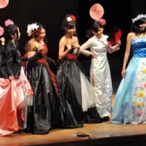 生徒らがファッションショー形式で作品を披露した徳之島高校総合学科の学習発表会=26日、徳之島町