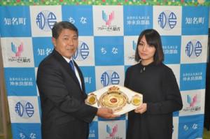 今井町長を表敬訪問した、日本女子バンタム級王者の吉田実代さん(右)=2日、知名町役場