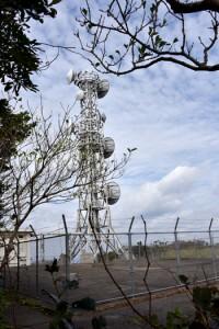通信施設の予定地に隣接する内閣府沖縄総合事務局の無線中継所=2017年11月、奄美大島の湯湾岳