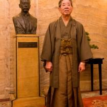 大島紬姿で議場に向かう金子万寿夫衆議院議員=22日、国会