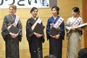 2018紬美人の(左から)シャーロットさん、田原さん、秋葉さん、三浦さん=5日、奄美市名瀬