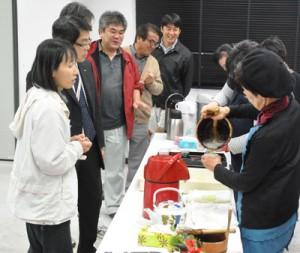 徳之島に残る伝統の「ふり茶」が振る舞われた茶会=9日、徳之島町亀津