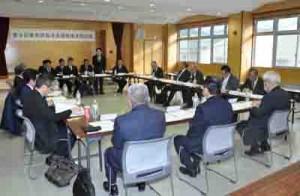 奄美群島成長戦略ビジョンの改定に向け新たな提言書をまとめることを確認した懇話会=11日、奄美市名瀬