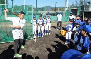 打撃指導を行う近藤健介捕手(写真左)=14日、天城町総合運動公園野球場