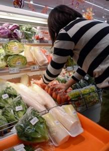 高値対策で、カットした野菜が並ぶ小売店の野菜販売コーナー=9日、奄美市名瀬