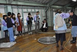 奄美大島開運酒造の焼酎づくりを見学する上海のプレス関係者ら=25日、宇検村