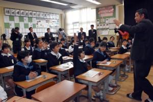 授業で西郷隆盛の功績を学ぶ児童=23日、鹿児島市の鹿児島大学付属小学校と県内全小学校に寄贈された西郷隆盛の関連本