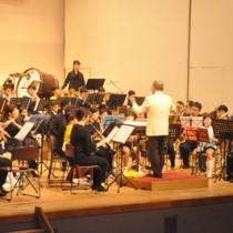 徳之島吹奏楽団初主催の演奏会「吹奏楽の祭典」=28日、徳之島町文化会館