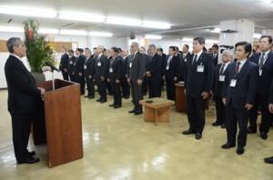 「知恵と経験を発揮して努力を」と呼び掛けた朝山市長=4日、奄美市役所