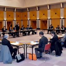 いじめの防止策で情報を交換する委員ら=24日、鹿児島市の県庁