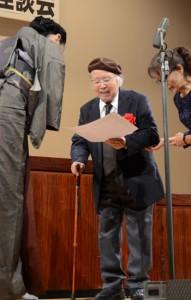 表彰状を受け取る最高賞の大島さん(中央)=8日、奄美市名瀬