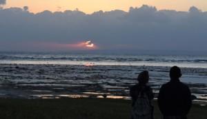 喜界島上空の雲の切れ間に顔をのぞかせた初日の出=1日朝、奄美市笠利町の大瀬海岸