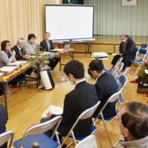 秋名・幾里両集落の住民らが「環境文化」について話し合ったシンポジウム=28日、龍郷町