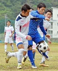 【決勝・SC和泊―晴久ファルコンズ】ボールを競り合う両チームの選手たち=28日、奄美市名瀬の古見方多目的広場