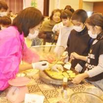 料理体験を通して地産地消への理解を深める参加者=28日、知名町町民体育館