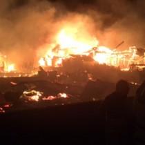 火の回りが早く、次々と隣家に延焼する火災現場=27日午前4時40分ごろ(提供写真)